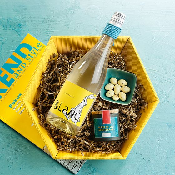Hexagonal gift basket open wave in yellow with white wine.