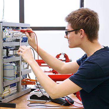 Elektroniker für Betriebstechnik bei der Arbeit