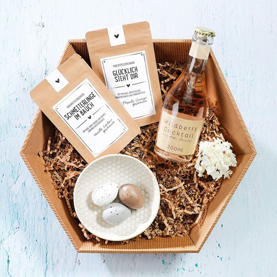 Gift basket, single-face board, natural, Easter with wildberry cocktail