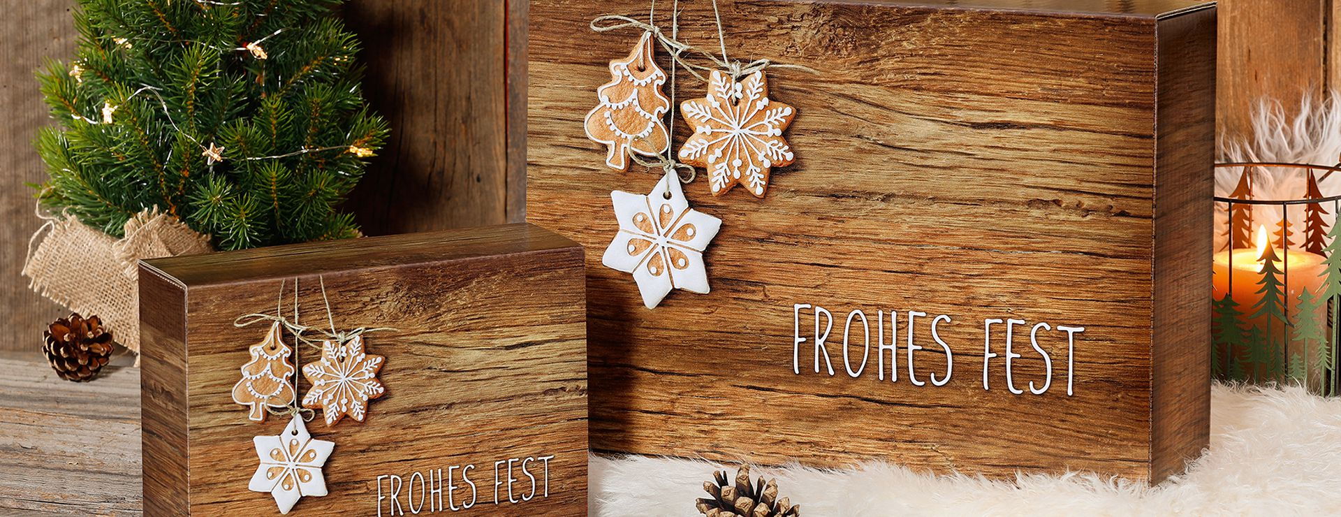Präsentkartons in Holzoptik mit Weihnachtsdekoration