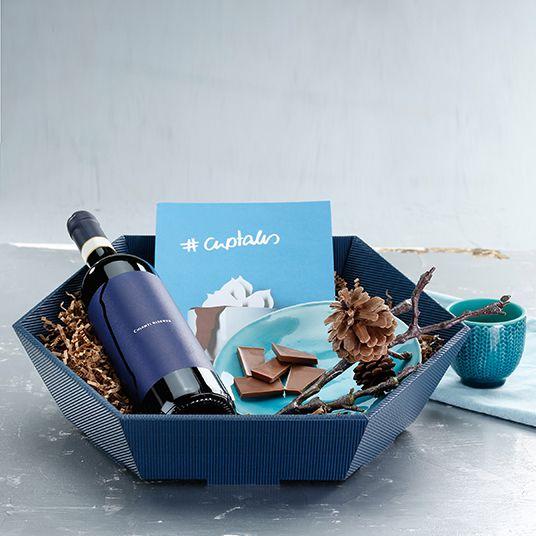 Präsentkorb Offenen Welle in saphirblau mit Schokolade und Wein