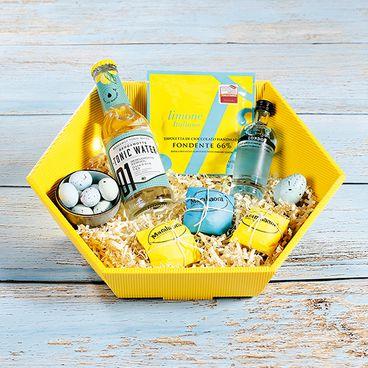 Zeshoekige geschenkmand open golf in geel met tonic water.
