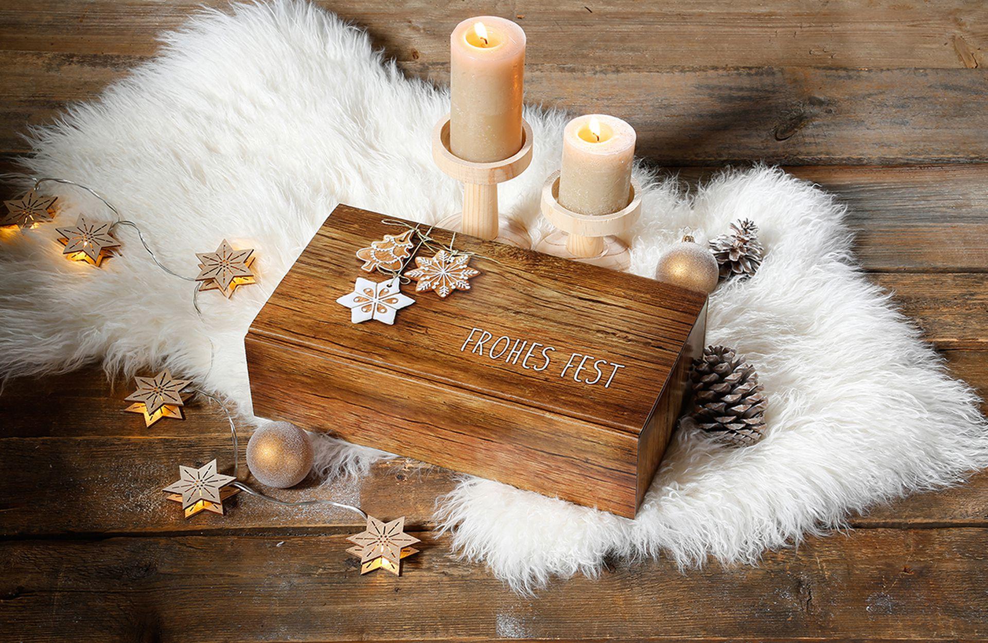 "Präsentkarton ""Vintage"" in Holzoptik mit Weihnachtsdekoration"